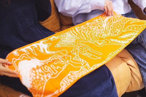 原田が持参した、クラムボンのツアーグッズで作った手ぬぐい