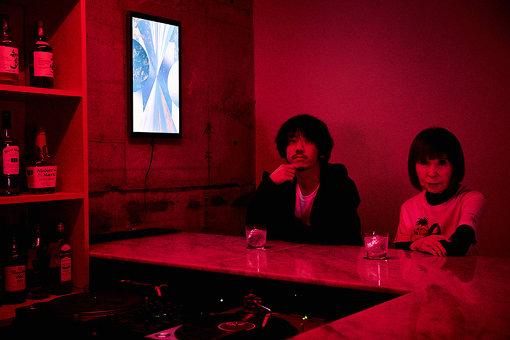 左から:YOSHIROTTEN、山口はるみ。YOSHIROTTENがデザインしたレコードバー「BLOODY ANGLE」にて取材を実施した。