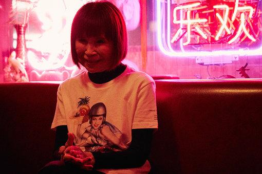 山口はるみ(やまぐち はるみ)<br>イラストレーター。松江市生まれ、東京藝術大学油絵科卒業、西武百貨店宣伝部デザインルームを経て、フリーランスのイラストレーターとして、劇場、映画館、ミュージアム、レストラン、そしてアパレル店舗を融合した PARCO の広告制作に参加。1972 年よりエアブラシを用いた女性像を描き、一躍時代を象徴するアーティストとなる。