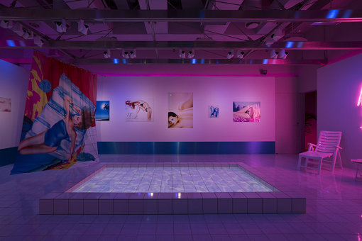 『HARUMI YAMAGUCHI×YOSHIROTTEN Harumi's Summer』。ギャラリーのなかにプールを作って演出を施した