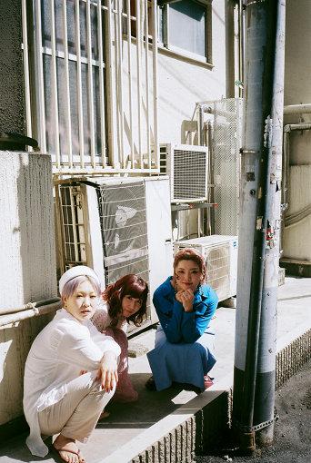 左から:BOW(東京ゲゲゲイ)、根本宗子、MARIE(東京ゲゲゲイ)