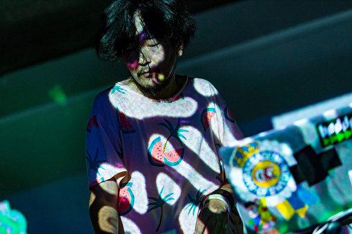 Daisuke Tanabe(だいすけ たなべ)<br>千葉県在住の音楽家 / 作曲家。偶然の重なりから初ライブはロンドンの廃墟で行われた大規模スクウォットパーティー。2006年、紆余曲折を経てリリースした初のEPが『BBC Radio1 Worldwide Award』にノミネートされ、その後も世界最大規模の都市型フェス『Sonar Barcelona』 への出演、イタリアでのデザインの祭典『ミラノサローネ』への楽曲提供等幅広く活動中。釣り好き。 / photo by Yuki Tanzawa