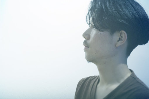 Kazumichi Komatsu / Madegg(まっどえっぐ)<br>Kazumichi Komatsu(小松千倫=こまつかずみち)のソロプロジェクト。1992年高知県生まれ。京都市在住。音楽家、美術家。2009年頃よりコンピューターを使った作曲をはじめる。「インターネット・ミーム」によるストーリーの自動生成のリサーチのもと、喪失や紛失、画像風景や人物のプロフィールにフォーカスし、ポスト・ウェブ環境における表現を探る音響・映像作品を展開する。