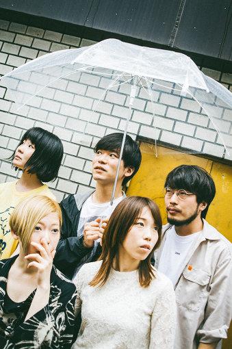 ネクライトーキー<br>上段左から:もっさ、カズマ・タケイ、朝日 下段左から:藤田、中村郁香。大阪発のロックバンド。2017年Gtの朝日が中心となり、もっさ(Vo/Gt)、カズマ・タケイ(Dr)、藤田(Ba)により結成されたバンド。2019年3月にキーボードの中村郁香が正式加入し、5ピースバンドとなる。