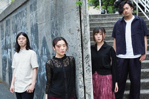 ペンギンラッシュ<br>左から:浩太郎、望世、真結、Nariken<br>名古屋出身。2014 年、高校の同級生だった望世(Vo / Gt)、真結(Key)を中心に新たなJ-POPの開拓を目指し結成。2017年にサポートをしていた浩太郎(Ba)とNariken(Dr)が加入し現4人体制に。2ndシングル『yoasobi』は、タワーレコードが未流通&デモ音源をウィークリーランキング形式で展開する「タワクル」企画にて、名古屋パルコ店で2017年4月から1年以上TOP5に毎週チャートイン。『SAKAE SP-RING』では2018年、2019年と2年連続で入場規制が掛かるなど地元の名古屋にて多くの支持を集めている。2019年6月6日に2ndアルバム『七情舞』をリリース。