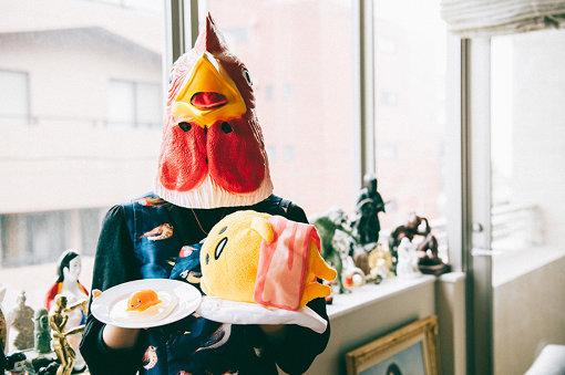 Amy(エイミー)<br>株式会社サンリオ キャラクタークリエイション室 クリエイター。「ぐでたま」デザイナー。(ファンの夢を壊さないため、顔を出さない。たまごの親という理由で、鶏のお面をかぶって登場)