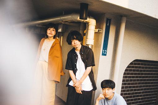 "Saucy Dog(さうしーどっぐ)<br>左から:せとゆいか、石原慎也、秋澤和貴<br>2013年西日本各地出身のメンバーが大阪で結成した、3ピースギターロックバンド。メンバーチェンジを経て2016年度MASH A&RのオーディションでGP受賞。代表曲""いつか"" のMVは再生回数800万回を突破。"