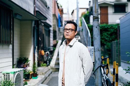森永泰弘(もりなが やすひろ)<br>東京藝術大学大学院を経て渡仏。帰国後は芸術・音楽人類学的な視座から世界各地をフィールドワークし、楽器や歌の初源、儀礼や祭祀のサウンドスケープ、都市や集落の環境音をフィールドレコーティングして音源や作品を発表している。また、映画・舞台芸術・展示作品等のサウンドデザインや音楽ディレクションを中心に、企業やアーティストとコラボレーションを行うconcreteを設立し、国内外で活動している。これまで世界三大映画祭(カンヌ国際映画祭、ヴェネチア国際映画祭、ベルリン国際映画祭) で自身が関わった作品等が発表されている。