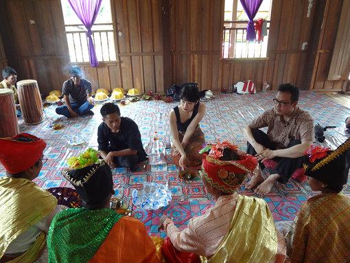 インドネシアのスラウェシ島で、宗教司祭を訪問し儀式のレコーディングに臨む森永とコムアイ