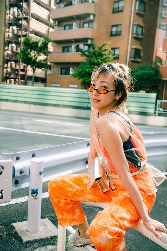 """あっこゴリラ<br>ドラマーとしてメジャーデビューを果たし、バンド解散後、ラッパーとしてゼロから下積みを重ねる。2018年に「再」メジャーデビューを飾り、台湾で撮影を敢行した""""余裕""""など、国内に限らず海外で制作したMVも話題に。さらに、同年12月1stフルアルバム「GRRRLISM」をリリース。2019年4月からJ-WAVE「SONAR MUSIC」でメインナビゲーターとして様々な発信をするなど、性別・国籍・年齢・業界の壁を超えた表現活動をしている。ちなみにゴリラの由来はノリ。"""
