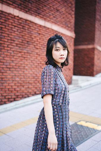 松本穂香(まつもと ほのか)<br>1997年2月5日生まれ。大阪府出身。2015年 主演短編映画『MY NAME』でデビュー。その後、出演したNHK 連続テレビ小説『ひよっこ』の青天目澄子役の好演が話題になる。映画『恋は雨上がりのように』『あの頃、君を追いかけた』などの映画に出演した他、日曜劇場『この世界の片隅に』(TBS)、『JOKER×FACE』(CX)などの連続ドラマの主演を務める。そのほか、広告ではauのCM『意識高すぎ!高杉くん』シリーズへの出演や2018-2019 JR SKISKI メインキャストなどを務めている。2019年には主演映画『おいしい家族』『わたしは光をにぎっている』などの公開が控えている。