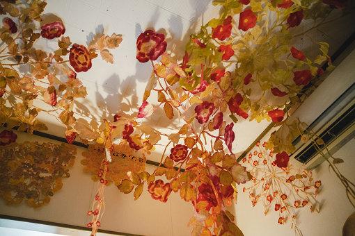 寝室の天井には作品が吊るされている