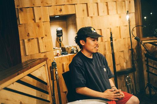 石若駿(いしわか しゅん)<br>1992年、北海道清里町生まれ。札幌市出身。東京藝術大学音楽学部附属音楽高等学校・打楽器専攻を経て、同大学音楽学部器楽科打楽器専攻を卒業。卒業時に『アカンサス音楽賞』『同声会賞』受賞。2002~2006年まで札幌ジュニアジャズスクールに在籍し本格的にドラムを演奏し始め、その間、ハービー・ハンコック、日野皓正、タイガー大越に出会い多大な影響を受ける。2019年7月、新プロジェクト「Answer to Remember」を始動。くるりのサポートメンバーとしても活躍している。
