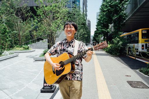 マーライオン<br>1993年ひなまつり生まれ横浜育ちのシンガーソングライター。「NIYANIYA RECORDS」主宰。これまでに曽我部恵一、澤部渡(スカート)と共同企画イベントを開催。近年は劇団コンプソンズに劇中歌を作曲&俳優として参加、子供ワークショップや文筆業、マセキ芸能社のお笑い芸人に弾き語りを教えるイベントなど多岐に渡って活動中。