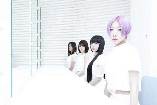 奥から手前:井上唯、矢川葵、和田輪、コショージメグミ<br>Maison book girl(めぞん ぶっく がーる)<br>通称「ブクガ」。矢川葵、井上唯、和田輪、コショージメグミによるポップユニット。音楽家サクライケンタが楽曲から世界観の構築までを手がける。2016年11月にメジャーデビュー、2018年11月には2ndフルアルバム『yume』をリリースし、『Solitude HOTEL 6F hiru / yoru /yume』と冠したワンマンライブ3公演を行った。シングル『SOUP』のリリースツアーでは、2019年4月14日に昭和女子大学・人見記念講堂でのワンマン公演『Solitude HOTEL 7F』を開催した。その後はライブハウスツアーを展開し、7月31日にシングル『umbla』をリリースする。