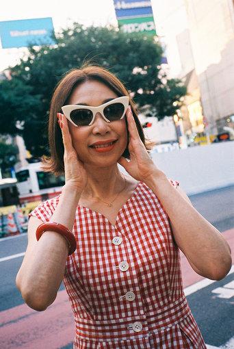 野宮真貴(のみや まき)<br>「ピチカート・ファイヴ」3代目ボーカリストとして、1990年代に一斉を風靡した「渋谷系」ムーブメントを国内外で巻き起こし、音楽・ファッションアイコンとなる。2016年より「野宮真貴、渋谷系を歌う。」というコンセプトでアルバムリリースやライブを積極的に行う。2019年はデビュー38周年を迎え、音楽活動に加え、ファッションやヘルス&ビューティーのプロデュース、エッセイストなど多方面で活躍中。