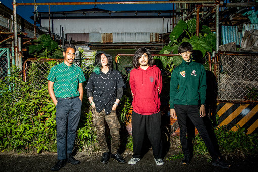左から:Dennis Lwabu、Hiromu Fukuda、Kazuki Washiyama、Seiya Sawada<br>プロフィール:Suspended 4th(さすぺんでっど  ふぉーす)<br>Kazuki Washiyama(Gt, Vo)、Seiya Sawada(Gt)、Hiromu Fukuda(Ba)、Dennis Lwabu(Dr)からなる4ピースロックバンド。名古屋・栄の路上を中心にライブ活動を展開。オンボーカルからインストまで自在の楽曲バリエーションを誇り、フィールドレコーディングでの一発録り作品『20190121』を発表するなど、インディペンデントな活動で話題となる。7月24日に初の全国流通作品『GIANTSTAMP』をPIZZA OF DEATH RECORDSからリリースする。<a href=https://suspended-4th.com/ target=_blank>Suspended 4th</a>