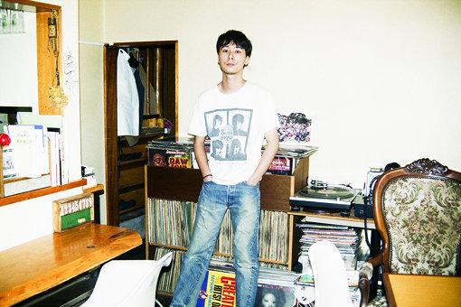 YONCE、茅ヶ崎・Queにて。<br>Suchmosのボーカル。Suchmosは、YONCE(Vo)、HSU(Ba)、OK(Dr)、TAIKING(Gt)、KCEE(Dj)、TAIHEI(Key)の6人グループ。2013年1月結成。メンバー全員神奈川育ち。YONCEは湘南・茅ヶ崎生まれ。2019年3月27日にニューアルバム『THE ANYMAL』をリリースし、9月8日には、結成当初から公言しつづけてきた横浜スタジアムでのワンマンライブ『Suchmos THE LIVE YOKOHAMA STADIUM』を開催する。