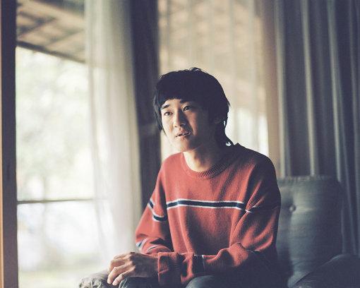 betcover!!(べっとかばー)<br>1999年生まれ多摩育ちのヤナセジロウによる音楽プロジェクト。小学5年生でギター、中学生のときに作曲をはじめ、2016年夏に本格的に活動を開始。同年レーベル主催企画で初ライブ、その次はロッキングオン主催の『RO JACK for COUNTDOWN JAPAN』で優勝し『COUNTDOWN JAPAN 16/17』に出演。2019年7月24日、メジャーデビュー作となる1stフルアルム『中学生』をリリースした。