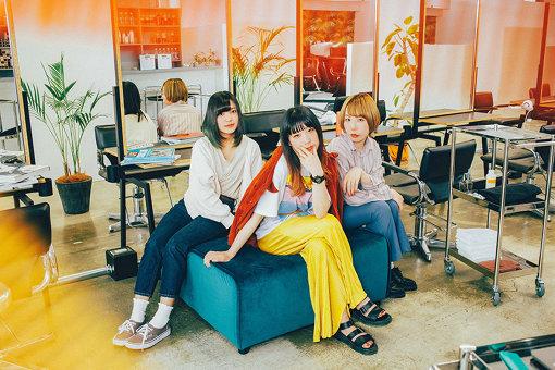 Hump Back アーティスト写真<br>左から:ぴか(Ba, Cho)、林萌々子(Vo, Gt)、美咲(Dr, Cho)
