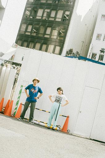 左から:角舘健悟、コムアイ。現在そこらじゅうで工事が行われている渋谷にて