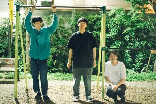 Enjoy Music Club(えんじょい みゅーじっく くらぶ)<br>左から:江本祐介、松本壮史、C(本人の希望により「C」で登場)。2012年結成。「エンジョイミュージック」を合言葉に集まった3人組ラップグループ。2015年11月に1stアルバム『FOREVER』発売。2018年には中国ツアーも敢行し、日本国外にも活動の幅を広げている。