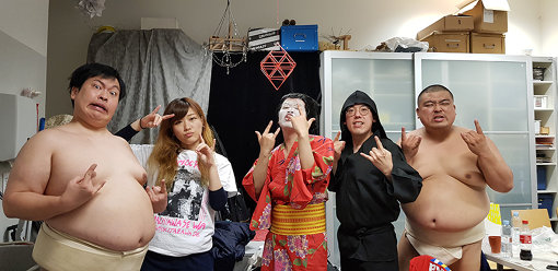 GIGA BODY METALのメンバー。左から:藤原大輔(ゆんぼだんぷ)、ヒコロヒー、金子学(うしろシティ)、平岡佐智男(コーヒールンバ)、カシューナッツ(ゆんぼだんぷ)。写真提供:ayana kobayashi