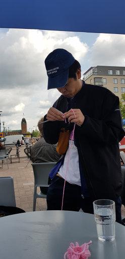 編み物の練習をする金子。写真提供:ayana kobayashi