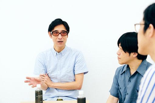 小宮山雄飛(こみやま ゆうひ)<br>1973年東京生まれ原宿育ち。ホフディランのボーカル&キーボーディストでありつつ、ザ・ユウヒーズ、BANK$名義でも常にPOPな作品を発表。ポッドキャスト界では日本最多エピソードを誇る人気番組「こむぞう」を毎日配信しつつ、数多くの番組・企画をプロデュースしている。