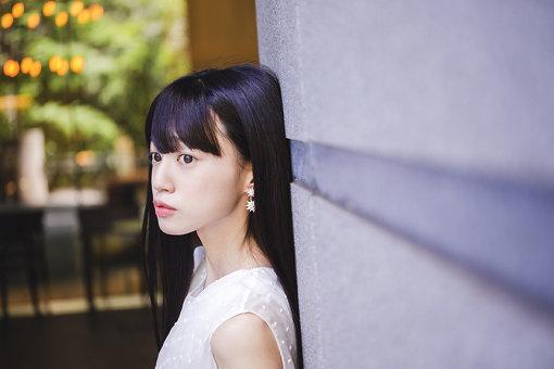 結城萌子(ゆうき もえこ)<br>3月31日、千葉県生まれ。幼少期よりアニメや漫画、ゲームに親しみながら育ち、物心ついた時には将来は声優か漫画家になりたいという志をもっていた。2019年8月28日に『innocent moon』でワーナーミュージックよりデビュー。