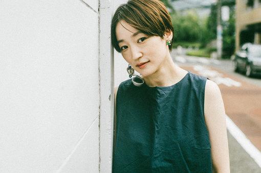 """安藤裕子(あんどう ゆうこ)<br>1977年生まれ。シンガーソングライター。2003年ミニアルバム『サリー』でデビュー。2005年、月桂冠のテレビCMに""""のうぜんかつら(リプライズ)""""が起用され、大きな話題となる。2014年には、大泉洋主演映画『ぶどうのなみだ』でヒロイン役に抜擢され、デビュー後初めての本格的演技にもチャレンジ。2018年にデビュー15周年を迎えた。2019年6月12日に新曲『恋しい』を配信リリースし、7月27日には、BSテレ東土曜ドラマ9『W県警の悲劇』の主題歌『鑑』を配信リリースした。"""
