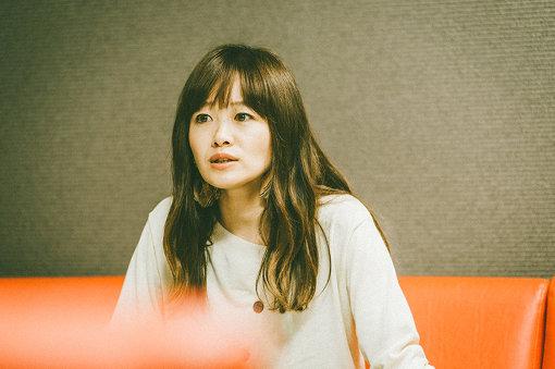 """NakamuraEmi(なかむらえみ)<br>1982年生まれ。神奈川県厚木市出身。カフェやライブハウスなどで歌う中で出会ったヒップホップやジャズに憧れ、歌とフロウの間を行き来する現在の独特なスタイルを確立する。2016年1月、メジャーデビューアルバム『NIPPONNO ONNAWO UTAU BEST』をリリース。2019年10月2日からNHK Eテレで放送されるテレビアニメ『ラディアン』第2シリーズのエンディングテーマに、新曲""""ちっとも知らなかった""""を書き下ろした。"""