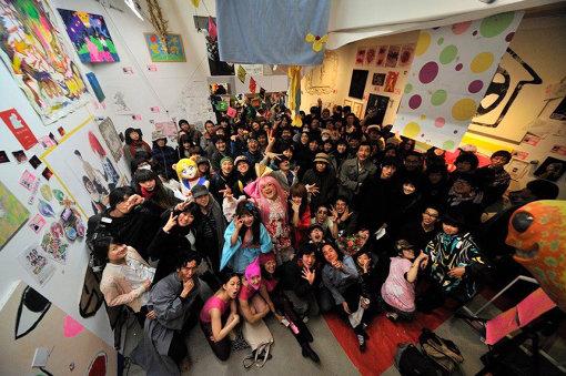 『わくわくSHIBUYA coordinated by 遠藤一郎』(2011年) Photo:中山亜美 / 筆者の印象に強く残っているのは、震災直前の2011年初頭に、トーキョーワンダーサイト渋谷で『荒川智則個展』(カオス*ラウンジ主催)と『わくわくSHIBUYA』(未来美術家、遠藤一郎主催のアンデパンダン展)が同時開催されたトーキョーワンダーサイト渋谷の光景である。そこには今回のゲスト上記3名はもちろん、無数のコミュニティーの人間たちが横断的に入り乱れ、一堂に会した饗宴であり、まさに2000年代から地続きのアート / カルチャーシーンの震災前における総決算の様相を呈していた。
