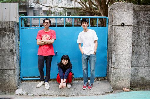 DSPS(でぃーえすぴーえす)<br>左からアンディ、エイミー、チキン。3人組のインディギターポップバンド。2014年結成に結成。細かく刻まれるビートの上を行き来する浮遊感あるメロディーと、秀逸な男女のコーラスワークで台北のメロウな雰囲気を見事に醸し出している。Homecomingsとのスプリットツアーを大成功に収めるなど、台湾国内外の耳の早いリスナーの間で話題となっている、台湾インディシーンの新世代として期待されるバンド。