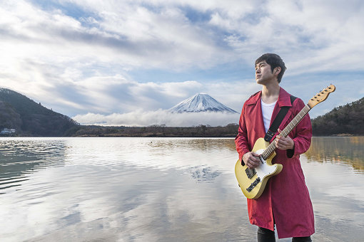 富士山をバックにした、藤巻亮太の現在のアーティスト写真