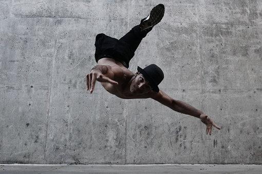 サミュエル・リマ(サムカ / ブラジル)(Photo:Jacob Jonas)<br>ILL-Abilitiesは、8人のBボーイ、ブレイクダンサーからなる「インターナショナル・ブレイクダンス・クルー」。「イル」の部分はネガティブな言葉をポジティブに転用するヒップホップの文化では、「信じられない」、「素晴らしい」、「繊細」、「センスがある」などの意味がある。このクルーは「障害」のネガティブな側面や限界を強調するのではなく、ポジティブでかっこいいチームを目指している。