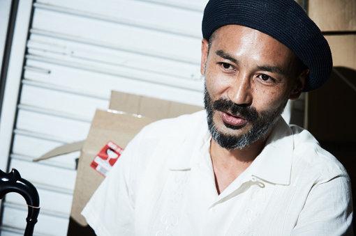 Masaya Fantasista(まさや ふぁんたじすた)<br>Jazzy Sport主宰。ポーランド生まれ、横須賀育ち。大学時代の4年間を盛岡の老舗クラブDJ BAR DAIでスタッフ兼DJとして過ごし帰京後「ファイルレコード」に数年勤務。2001年Jazzy Sport立ち上げ。また2006年夏にはadidas主催のフットサル大会の国内大会で優勝し、日本代表チームの一員として世界大会に出場し準優勝。スキーブランドVector Glideとのコラボツアーやクライミング日本選手権でのDJ活動等、山岳スポーツシーンの振興にも力を注ぐクリエイティブアスリート。