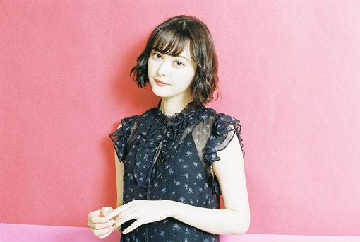 玉城ティナ(たましろ てぃな)<br>1997年10月8日生まれ、沖縄県出身。2012年に講談社主催の『ミスiD(アイドル)2013』でグランプリを獲得。その後、14歳で『ViVi』最年少専属モデルとして人気を集める。『ダークシステム 恋の王者決定戦』(14)のヒロインで女優デビュー。