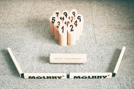 手前から:投げる位置を示す「モルッカーリ」、投げるための木の棒である「モルック」、倒して点数を取る「スキットル」
