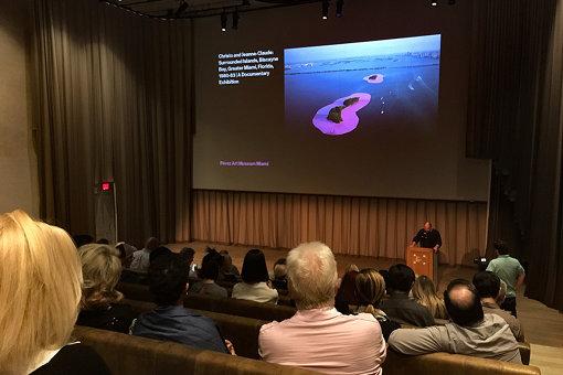 『アート・バーゼル・マイアミ 2018』会期中、ミュージアムで行われた美術家クリストの作品「囲まれた島々」のレクチャー