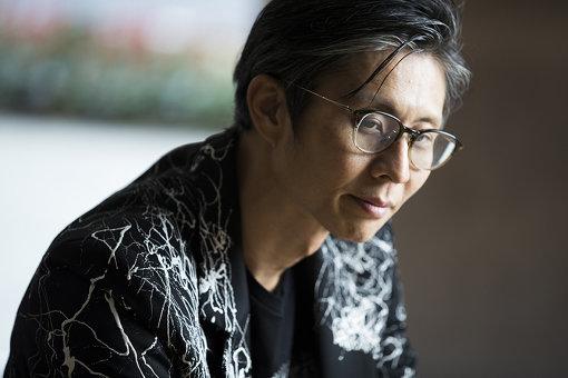 藤元明(ふじもと あきら)<br>1975年東京生まれ。東京藝術大学美術学部大学院デザイン専攻修了。FABRICA(イタリア)に在籍後、東京藝術大学先端芸術表現科非常勤助手を経てアーティストとして活動。都市における時間的 / 空間的余白を活用するプロジェクト「ソノ アイダ」を主催。人間では制御出来ない社会現象をモチーフとして、様々な表現手法で作品展示やアートプロジェクトを展開。主なプロジェクトに「NEW RECYCLE®」、広島-New Yorkで核兵器をテーマに展開する「Zero Project」など。2016年より開始した「2021」プロジェクトは現在も進化中。