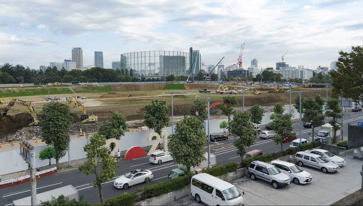 藤元明『2021 #New National Studium Japan』(2016年 / 東京)撮影:宮川貴光 / 新国立競技場の建設予定地前に設置された最初の『2021』