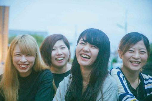 Bray me(ぶれい みー)<br>左から:ありさ、SAKKO、こたに、イトウアンリ<br>2012年、こたに(Vo,Gt)とありさ(Dr,Cho)を中心に静岡県にて結成。2018年に上京。同年4月に、同じく長野県から上京したイトウアンリ(Gt,Cho)が、2019年7月にSAKKO(Ba,Cho)が加入し現メンバーとなる。レーベルカタログ10作品目にしてJun Gray Recordsの大本命、10月16日にミニアルバム『Grace Note』をリリースし、11月からレコ発ツアーもスタートする。