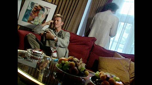 劇中でのデヴィッド・ボウイとの対話の様子。左がデヴィッド・ボウイ、右側で窓際にいるのがハーマン・ヴァスケ監督