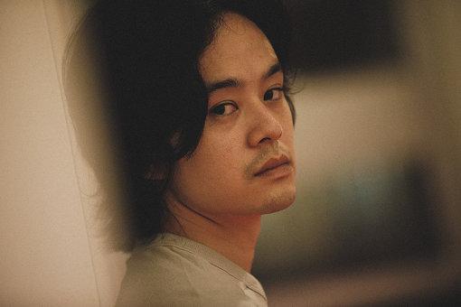 池松壮亮(いけまつ そうすけ)<br>1990年7月9日生。福岡県出身。A型。2003年『ラストサムライ』で映画デビュー。2017年『映画 夜空はいつでも最高密度の青色だ』(石井裕也監督)に出演し、『第9回TAMA映画祭』で「最優秀作品賞」、『第39回ヨコハマ映画賞』にて「主演男優賞」を獲得。2018年にはドラマ『宮本から君へ』で主演を務め、2019年9月に映画『宮本から君へ』が公開。また出演した『カツベン!』(周防正行監督)が12月に公開を控えている。