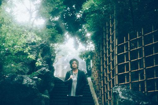 長澤知之(ながさわ ともゆき)<br>10歳でギターを始め、1年足らずでオリジナル曲の制作をスタート、18歳でオフィスオーガスタのデモテープオーディションでその才能を認められる。2006年8月、メジャーデビュー。2015年にはAL(小山田壮平×長澤知之×藤原寛×後藤大樹)のVo&Gtとしても活動を正式にスタート。2019年3月にアコースティック・ミニアルバム『ソウルセラー』を、そして10月2日にはバンドサウンド・ミニアルバム『SLASH』をリリースした。