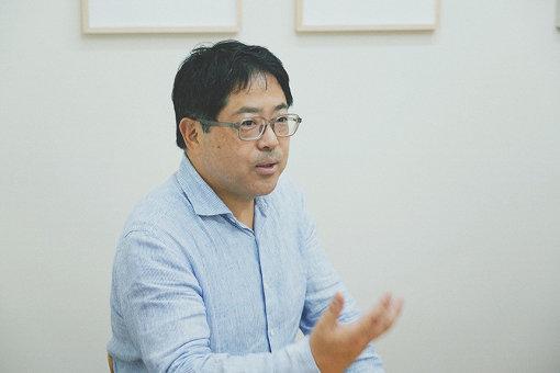 小山登美夫(こやま とみお)<br>1963年東京都生まれ。西村画廊、白石コンテンポラリーアートという、日本を代表する現代美術画廊の勤務を経て、1996年にTOMIO KOYAMA GALLERYを開廊。村上隆、奈良美智といった同世代の日本人アーティストの展覧会を多数開催するだけでなく、海外のアートフェアにも積極的に参加して国外のアーティストも取り扱うなど、ワールドワイドな展開を行う日本のギャラリーの先駆けとなる。