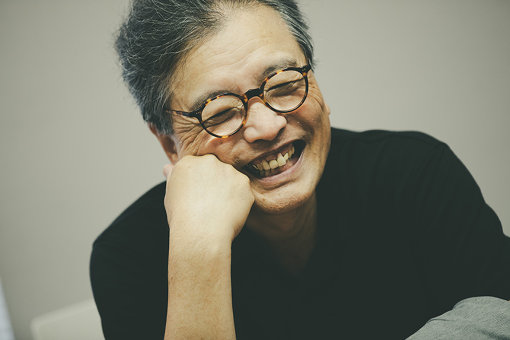 萩原朔美(はぎわら さくみ)<br>1946年東京生まれ。演出家、映像作家。初期の「演劇実験室・天井棧敷」で演出家として活躍。1974年、月刊『ビックリハウス』を榎本了壱と創刊。多摩美術大学名誉教授、前橋文学館館長。著書に『劇的な人生こそ真実』他多数。