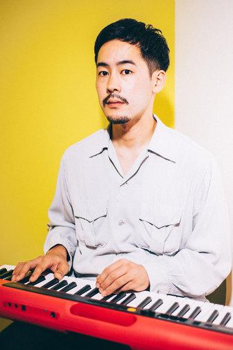 """TENDRE(てんだー)<br>鍵盤、ベース、ギター、サックスなども演奏するマルチプレイヤー、河原太朗のソロプロジェクト。Yogee New Waves、Ryohu、sumika、Chara、SIRUPなど様々なバンドやアーティストのレコーディングやライブに参加し、共同プロデュースなども務め、その活動は多岐に渡る。2019年10月2日、HondaのキャンペーンCMに起用された""""ANYWAY""""、J-WAVE「TOKIO HOT 100」では最高位4位を記録した""""SIGN""""を含む新作EP『IN SIGHT』をリリースした。"""