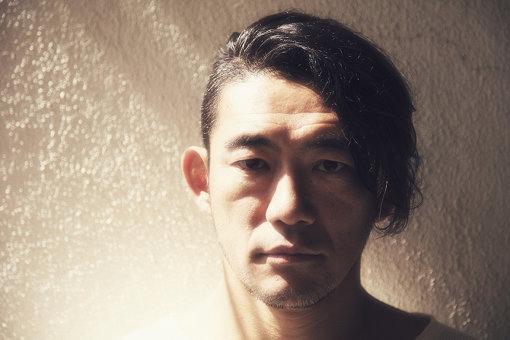 TOSHI-LOW<br>BRAHMAN、OAUのボーカリスト。BRAHMANは1995年に結成、これまでに6枚のアルバムをリリース。全国のライブハウスを中心に活動する中、幕張メッセでのセンターステージライブも開催。2018年2月には初の日本武道館単独公演を行った。OAUは2005年にOVERGROUND ACOUSTIC UNDERGROUND名義でスタート。アコースティック楽器を使用した6人編成で活動を展開し、OAUが主催するキャンプフェス『New Acoustic Camp」は2019年の開催をもって10周年を迎えた。そのほか、息子へ作り続けた弁当とその手記をまとめた『鬼弁 ~強面パンクロッカーの弁当奮闘記~』を刊行するなど、活動の幅を広げている。